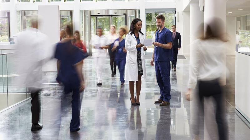 Medici in ospedale in mezzo alle persone